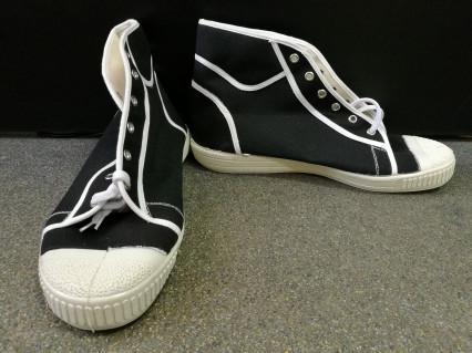 Száras tornacipő fekete